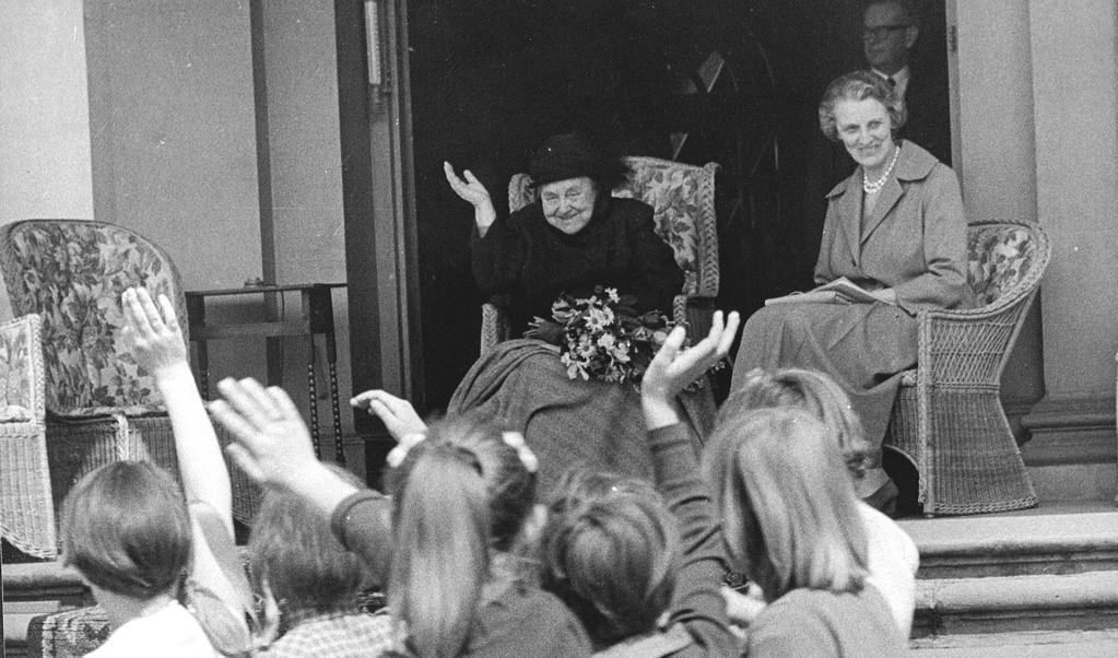 Kinderaubade voor prinses Wilhelmina op Paleis het Loo op 5 mei 1960, Bevrijdingsdag.  (beeld anp )