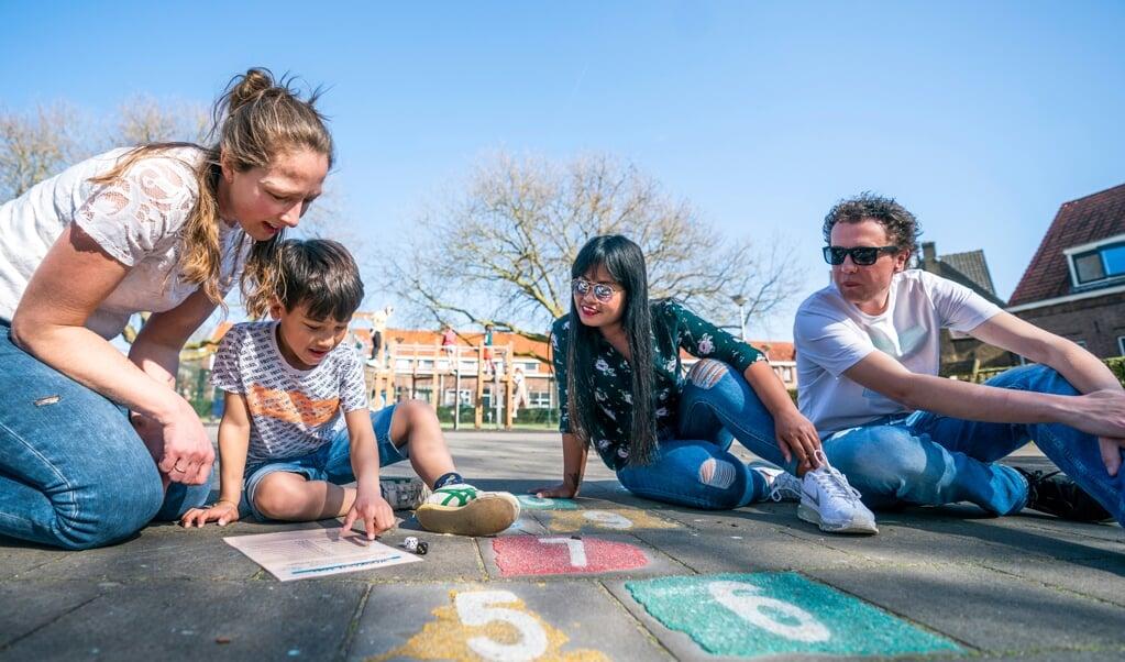 Noah met zijn ouders en Marjan Verhoeven. Marjan begeleidt Noah om zijn prestaties op school te verbeteren.  (beeld Jeroen Jumelet)