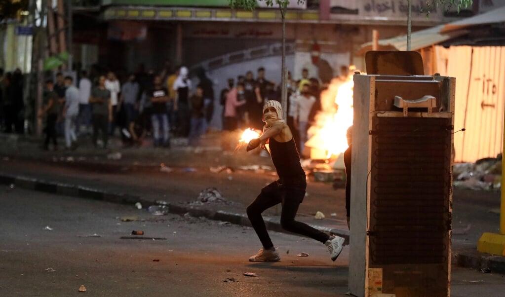 In meerdere steden komen Arabische Israëliërs van Palestijnse komaf in opstand tegen de regering, terwijl Israël en de Palestijnse groeperingen in de Gazastrook raketaanvallen uitwisselen.  (beeld epa / Abed al Hashlamoun)