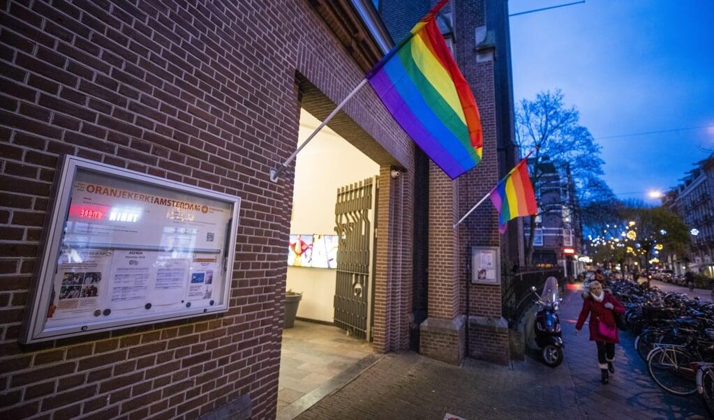 Een regenboogvlag hangt uit bij de Oranjekerk in Amsterdam als statement tegen de zogeheten Nashville-verklaring.  (beeld anp / Jeroen Jumelet)