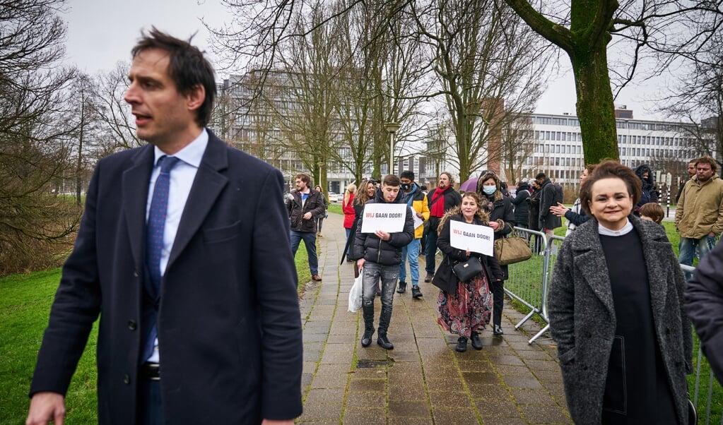 Minister Wopke Hoekstra en staatssecretaris Alexandra van Huffelen bij gedupeerden van de toeslagenaffaire. Deze affaire bracht een breuk in het bijstandsbeleid teweeg.   (beeld anp / Phil Nijhuis)