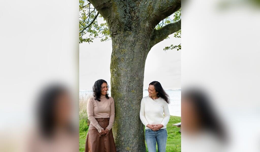 De zussen Doriet (rechts) en Mirjam Begemann. Zij zijn beiden geadopteerd vanuit Indonesië. Ze zouden zusjes zijn, maar bleken later geen enkele biologische verwantschap te hebben.  (beeld © Dick Vos)
