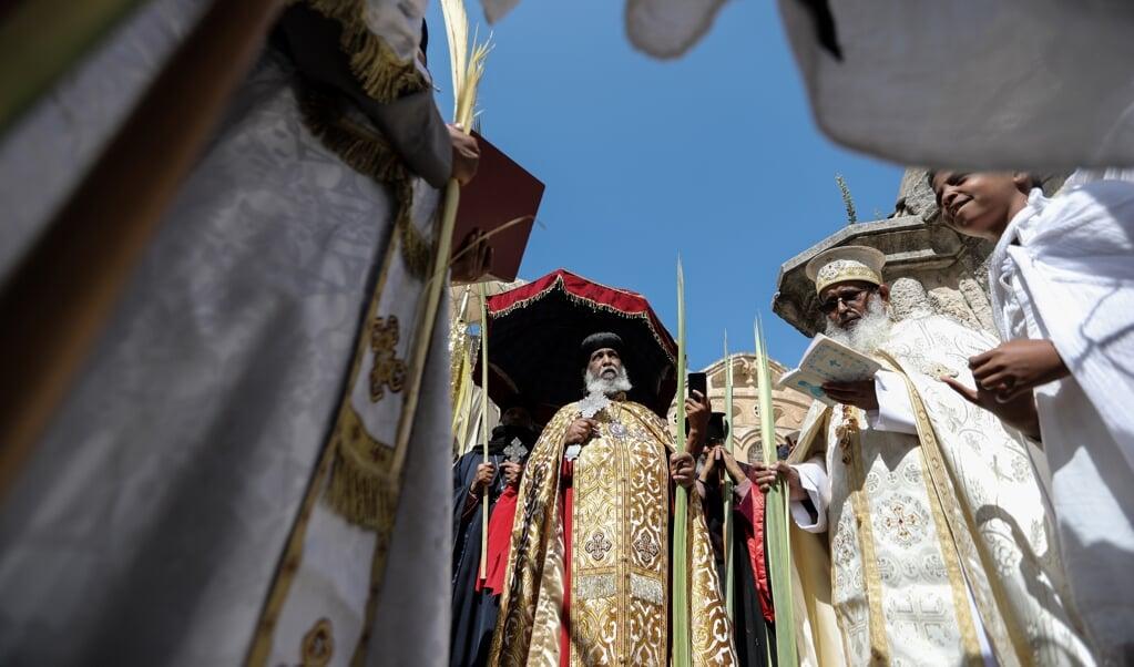 Patriarch Abune Mathias (midden) staat aan het hoofd van de Ethiopische-Orthodoxe Kerk. Hij spreekt zich uit over het conflict in Tigray: 'Wat daar plaatsvindt is barbaars.'  (beeld Epa/abir Sultan)