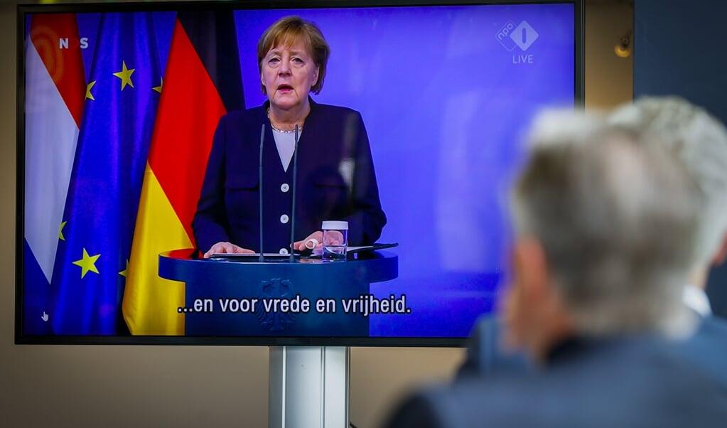 Merkel houdt haar 5 mei-lezing.  (beeld anp / Robin van Lonkhuijsen)