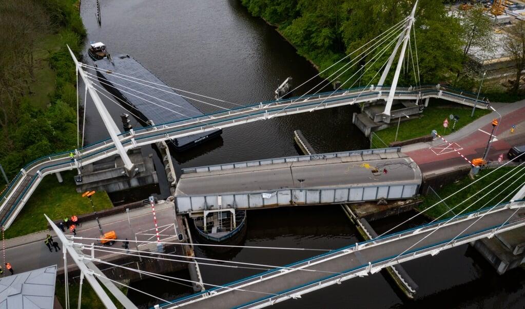 De brug werd zo snel mogelijk weggehaald, zodat het scheepvaartverkeer kan worden hervat.  (beeld anp / Venema Media)
