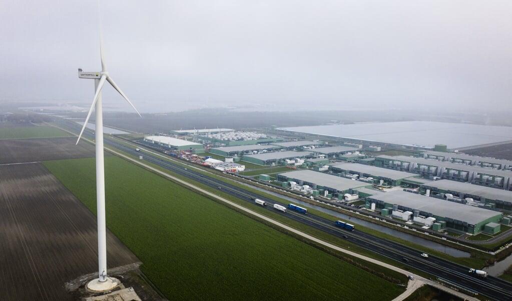 Dronefoto van het datacenter van Microsoft en Google in Middenmeer.   (beeld anp / Sem van der Wal)