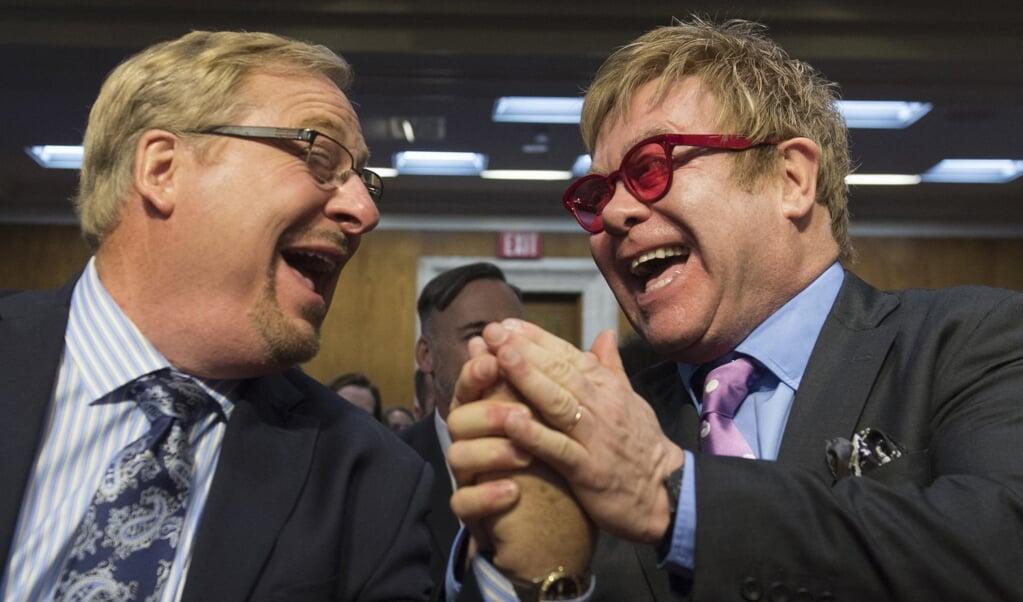 Elton John en Rick Warren van de Saddleback Church voerden in 2015 samen actie voor bewustwording over en hulp aan aidsprogramma's.  (beeld afp / Saul Loeb)