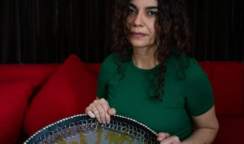 Firoozeh Farjadnia met de Daaf, een Iraans instrument dat haar vader zo goed bespeelde.  (beeld Jeroen Jumelet)