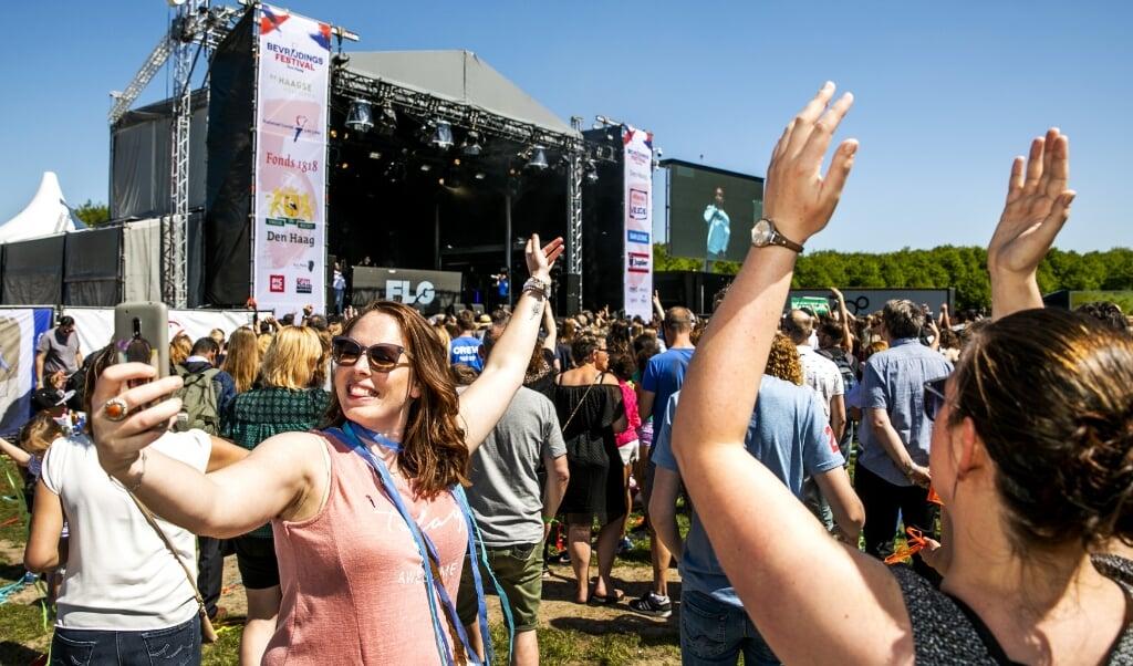 Archieffoto 2019: Bezoekers tijdens het Bevrijdingsfestival op het Malieveld.  (beeld anp / Remko de Waal)