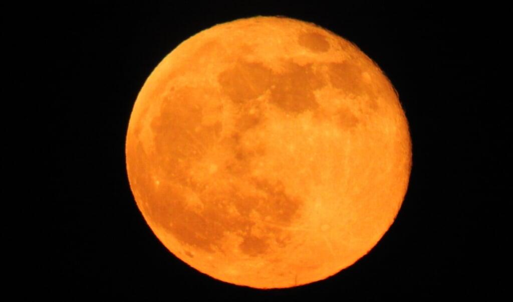 Op Koningsdag kregen we een supermaan, maar de Volle Maan van 26 mei is nog net iets groter.   (beeld Kees de Heer)