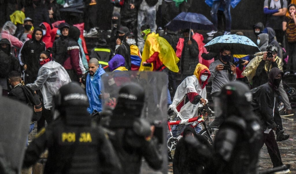 Colombiaanse demonstranten komen in aanvaring met de oproerpolitie tijdens een grootschalig protest in de hoofdstad Bogotá.  (afp / Juan Barreto)