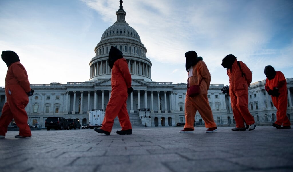 Amerikanen die af willen het gevangeniscomplex op Guantanamo Bay demonstreren bij het Witte Huis in Washington.  (beeld afp)