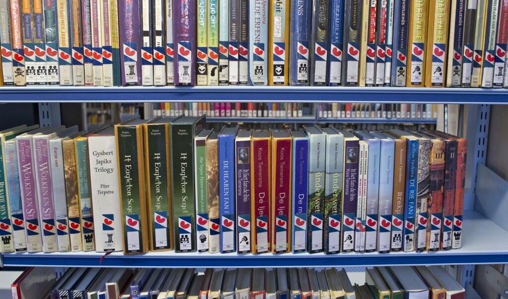 Boeken in het Fries in de bibliotheek in Leeuwarden. 'Terecht stelt de Jongfryske Mienskip dat door inburgeraars alleen de Nederlandse taal aan te bieden, statushouders worden geassimileerd aan het niet-Friese deel van Nederland.'  (beeld anp / Koen Suyk)