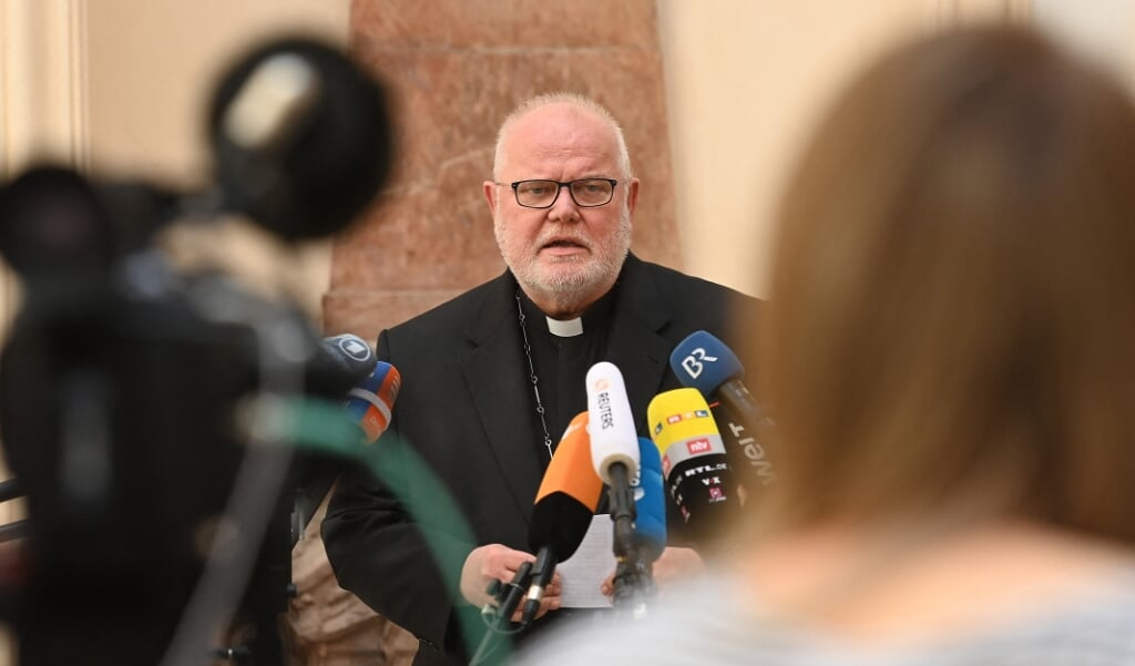 Kardinaal Reinhard Marx, de aartsbisschop van München en Freising, tijdens de persconferentie als toelichting op zijn ingediende ontslag bij de paus.  (beeld afp / Lennart Preiss)