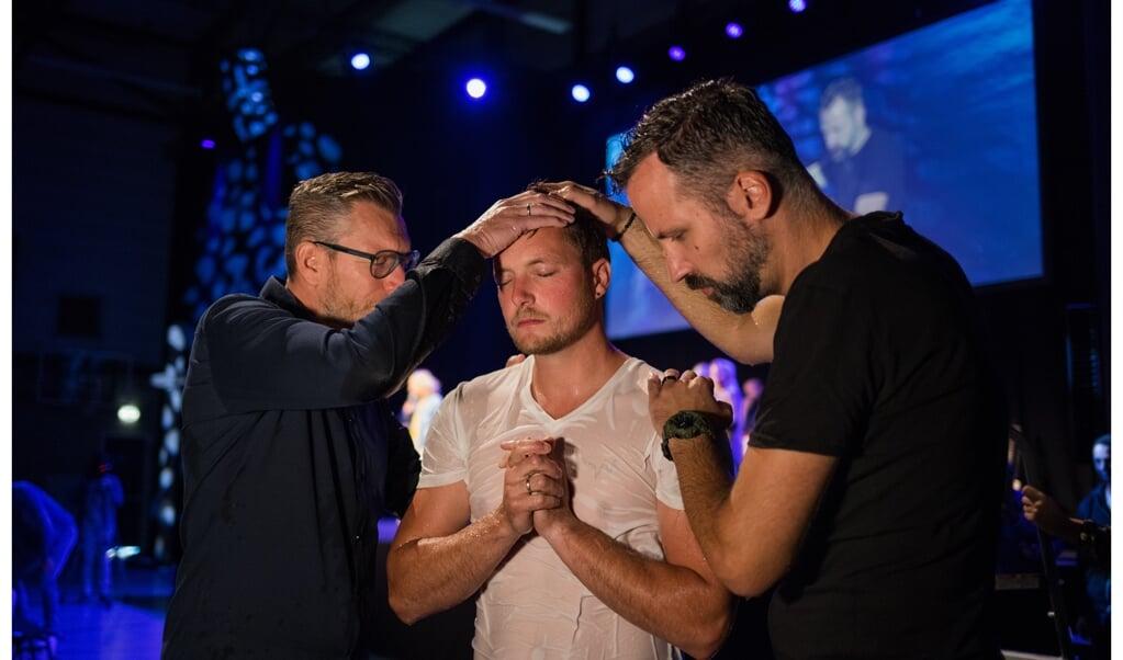 Een eerder gehouden dienst waarin de doop werd bediend door de voorgangers van Mozaiek033, Emiel Hop (links) en Arjen ten Brinke.  (beeld Will Gorter)