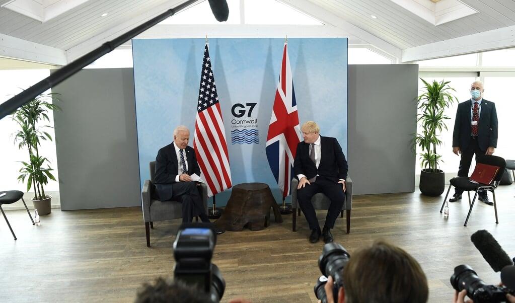 Joe Biden en Boris Johnson in een onderonsje voorafgaand aan de G7-top in Cornwall.   (beeld Hollandse Hoogte / AFP)