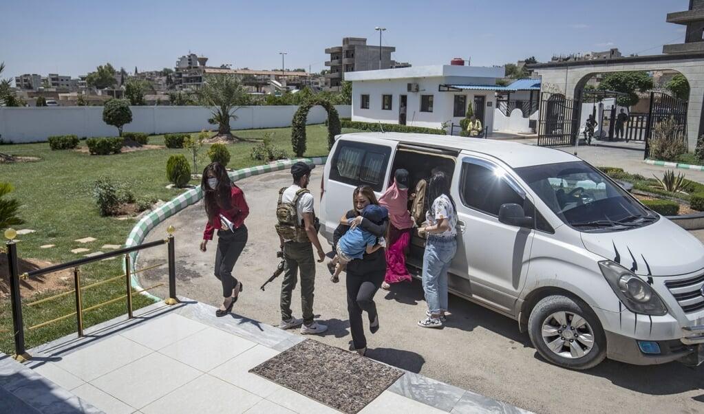 De Nederlandse delegatie komt aan in de Syrische grensstad Qamishli.  (beeld afp / Delil Souleiman)