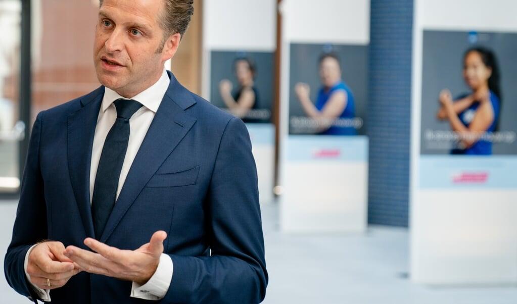 Demissionair Minister Hugo de Jonge van Volksgezondheid, Welzijn en Sport (CDA) staat de pers te woord over het advies van de Gezondheidsraad.  (beeld anp / Bart Maat)