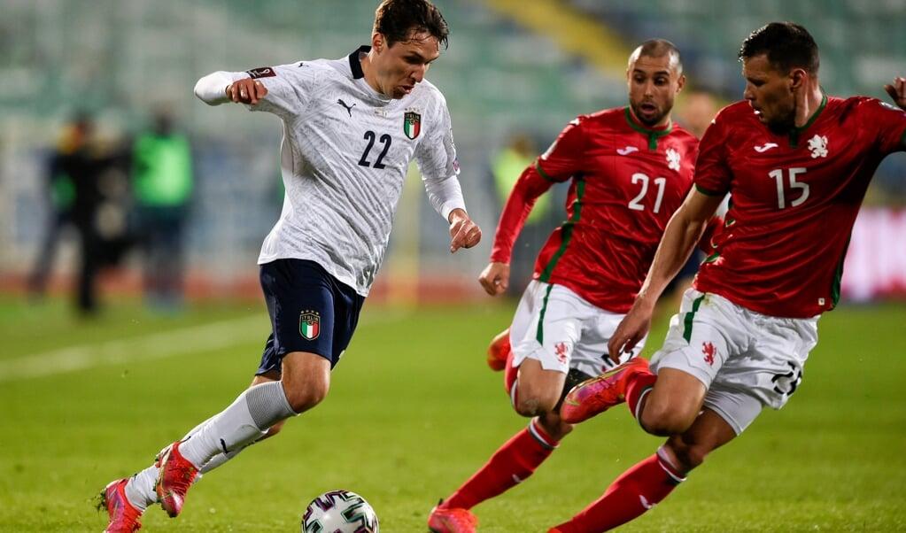 Federico Chiesa op weg naar het Bulgaarse doel, tijdens de met 0-2 gewonnen WK-kwalificatiewedstrijd van maart dit jaar.  (beeld Nikolay Doychinov / afp)