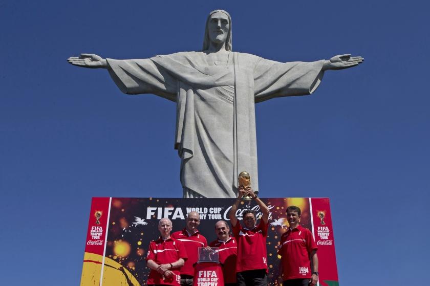 Jongeren naar Braziliaanse kerk tijdens WK