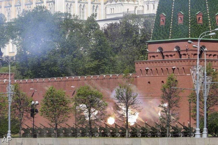 Duizenden Russische militairen houden parade