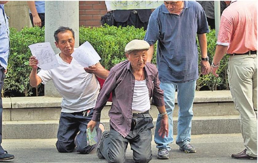 Peking strompelt van crisis naar crisis
