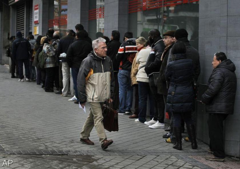 Spaanse werkloosheid daalt licht
