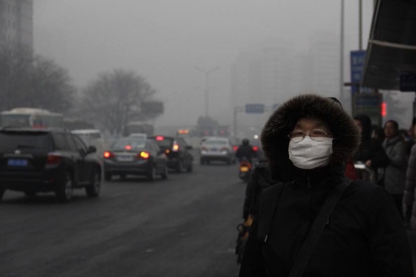 Met fiets en gazonsproeier gaat Peking smog te lijf