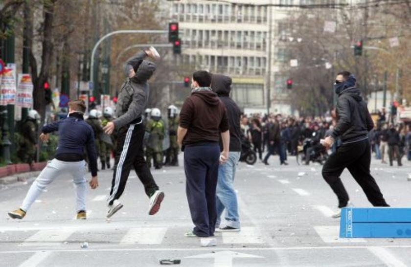 Griekse demonstranten botsen met politie