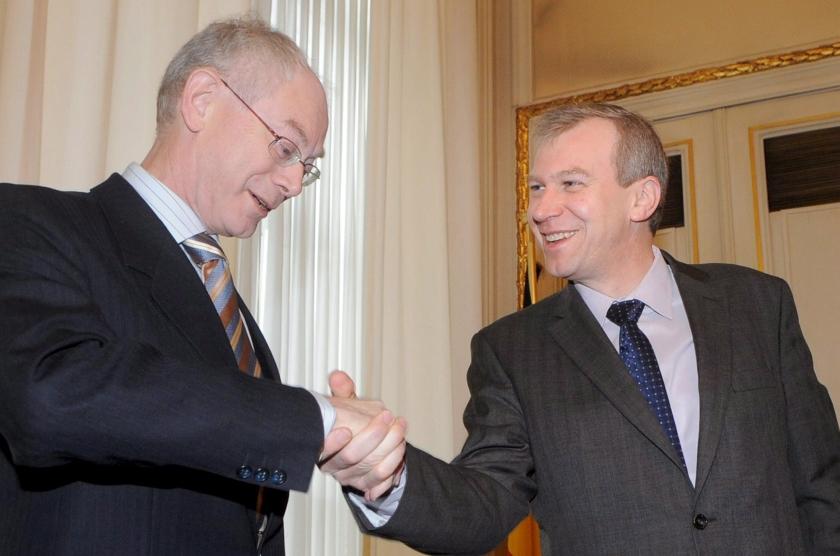 Nieuwe premier zet beleid Leterme voort