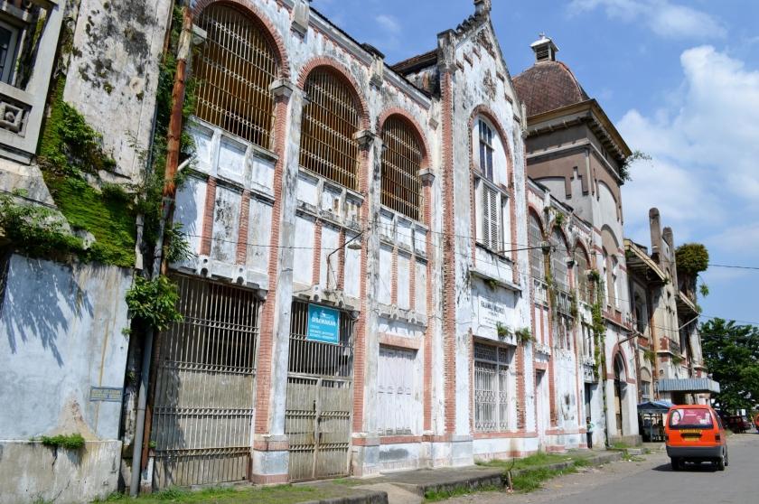 Een door Nederlanders gebouwd pand in Semarang dat dringend aan restauratie toe is.  (nd / chrisco 1492)