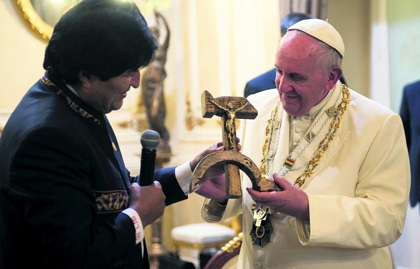 Paus in verwarring door geschenk Morales  (ap)