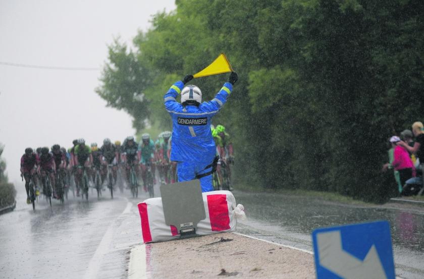 De 11.500 gendarmes van de Tour de France  (ap / Christophe Ena)
