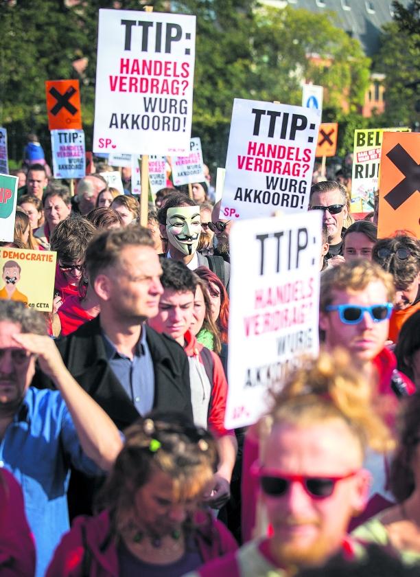 Duizenden betogers bij protest tegen handelsverdrag TIPP   (anp / Jeremy Lampers)