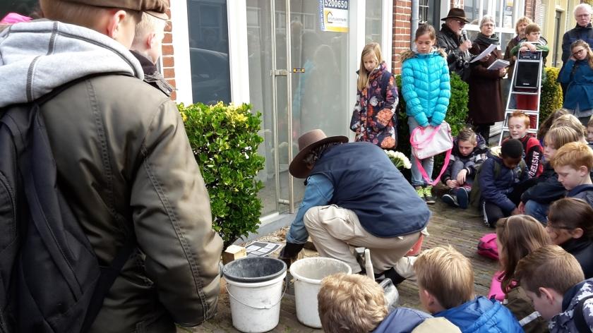 Kinderen van basisschool De Rank zijn aanwezig bij het plaatsen van struikelstenen.  (nd)