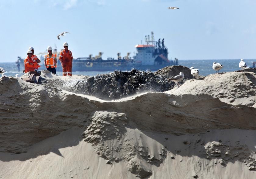 Bij de Hondsbossche en Pettemer Zeewering wordt gewerkt aan versterking van de kustlijn. Als de zeespiegel sneller stijgt dan nu verwacht, zal er veel meer zand nodig zijn dan de twaalf miljoen kubieke meter die nu jaarlijks wordt gebruikt.  (dutchphoto)