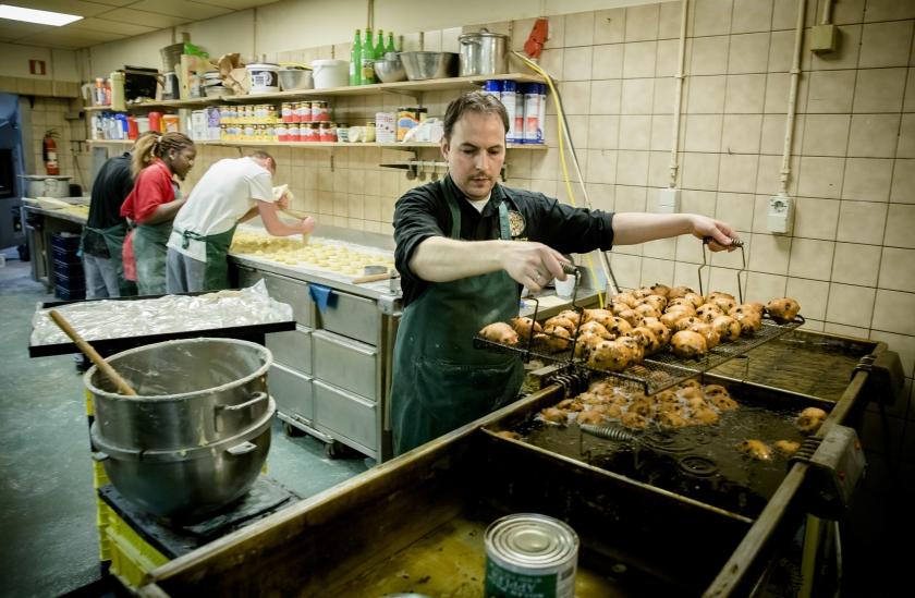 Bij bakkerij Hessing in Den Haag zijn de bakken met vet in de dagen tussen Kerst en de jaarwisseling non-stop gevuld met oliebollen. Ook bijna vier miljoen Nederlanders bakken zelf naar traditie massaal oliebollen voor Oud en Nieuw. ?? zie ook pagina 3  (anp / Bart Maat)