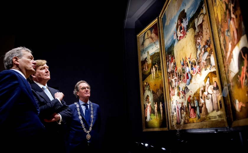 Burgemeester Ton Rombouts van Den Bosch bekijkt de expositie over Jheronimus Bosch in Het Noordbrabants Museum.  (anp / Koen van Weel)