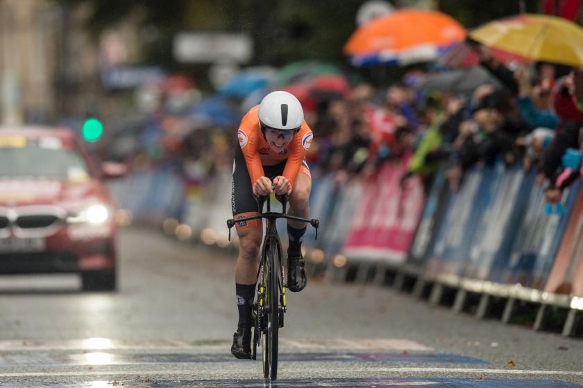 Annemiek van Vleuten heeft zaterdag op indrukwekkende wijze de wereldtitel wielrennen op de weg veroverd.  De 36-jarige renster uit Wageningen verraste de concurrentie met een aanval op meer dan 100 kilometer voor de finish in het Britse Harrogate  (afp / Oli Scarff)