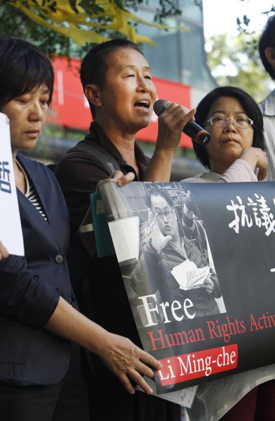De Taiwanese politicus Wang Li-ping sprak dinsdag in Taipei zijn steun uit voor zijn in China veroordeelde vriend Lee Ming-che.   (ap / Chiang Ying-ying)