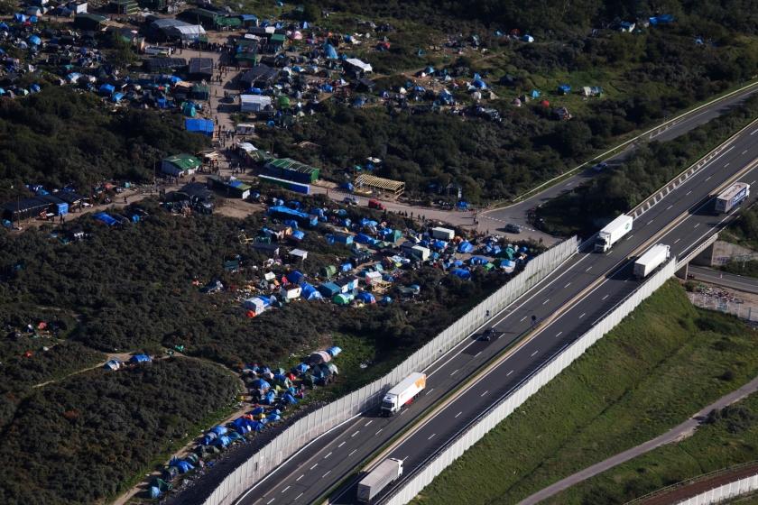 De 'jungle' bij Calais is een dorp geworden van tenten en hutjes, met kerken, winkels en een theater.  (ap / Michael Springer)
