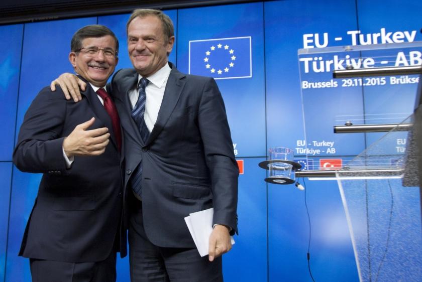 EU-president Donald Tusk (rechts) en de Turkse premier Ahmet Davutoglu.  (ap / Virginia Mayo)