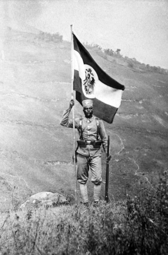 De zwart-rood-witte vlag van keizerlijk Duitsland, gedragen door een onderdaan van Wilhelm II in Deutsch Ostafrika, het huidige Tanzania.   (ap en wikicommons)