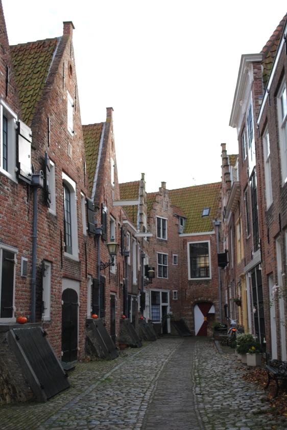 De wandeling: Middelburg, nederig het verleden in.   (nd)