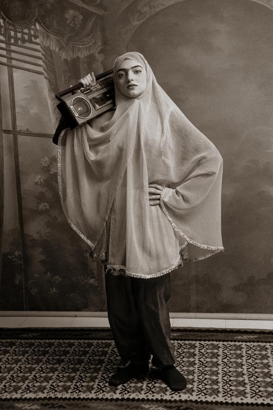 Shadi Ghadirian, Qajar. Een serie van Iraanse vrouwen in negentiende-eeuwse stijl geportretteerd, maar met een gettoblaster of stofzuiger. 'We zitten vast tussen traditie en moderniteit', zegt de fotografe over deze serie.   (bredaphoto2018)