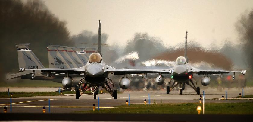 F16's op de startbaan in Leeuwarden tijdens de internationale vliegoefening Frisian Flag. Jachtvliegers worden in deze oefening getraind om in internationaal verband samen te werken. Het kabinet gaat opnieuw bekijken of er jachtvliegtuigen moeten worden ingezet in Syrië.  (anp / Catrinus van der Veen)