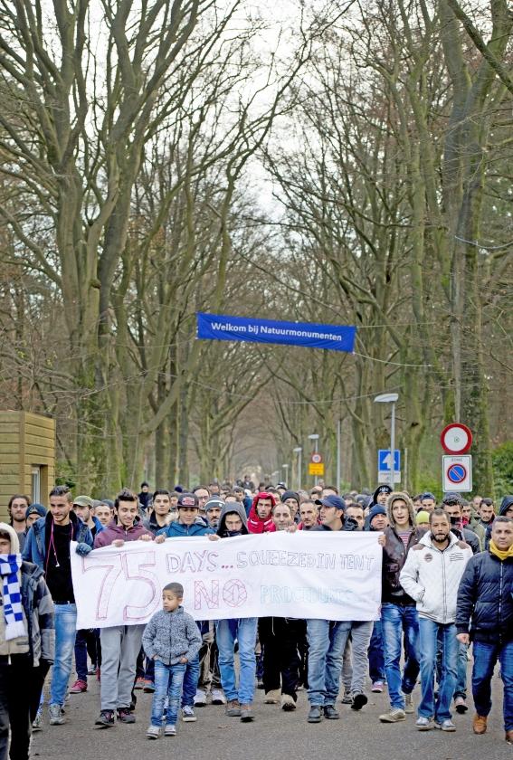 Ruim honderd asielzoekers demonstreerden donderdagmiddag in Nijmegen tegen hun verblijf in het tentenkamp op Heumensoord.  In de nacht van woensdag op donderdag was er ook al een protestactie in het Nijmeegse paviljoendorp en maandag trokken ongeveer 75 vluchtelingen uit het tentenkamp in Apeldoorn naar het stadhuis   (anp / Robin Utrecht)