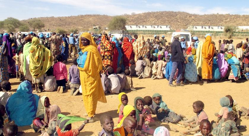 Vluchtelingen in een kamp in het noorden van Darfur wachten op een hulpkonvooi van de Verenigde Naties.  (afp)