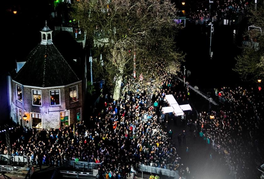 Het kruis wordt door de straten van Dordrecht gedragen tijdens de negende editie van The Passion.  (Remko de Waal)