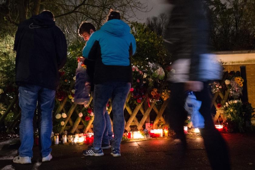 Duitsers plaatsen kaarsen en bloemen voor de woning van voormalig bondskanselier Helmut Schmidt in Hamburg. Schmidt overleed dinsdag op 96-jarige leeftijd. De sociaaldemocraat was een van de meest prominente politici in het naoorlogse Duitsland. Hij was van 1974 tot 1982 kanselier. Angela Merkel noemde hem dinsdag een 'politiek instituut'.  (ap / Christian Charisius)